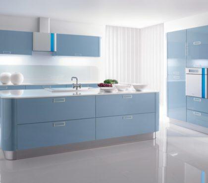 Кухня с островом в голубых тонах
