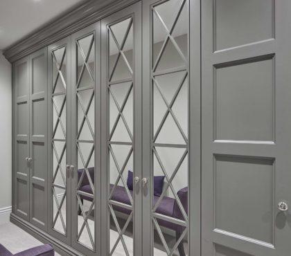 Шкаф распашной с перекрестиями в классическом стиле