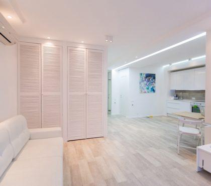 Жалюзийный шкаф белого цвета