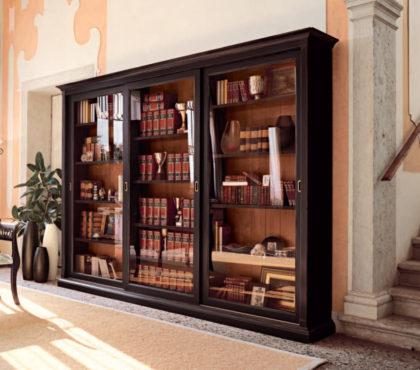 Книжный шкаф купе из массива в классическом стиле