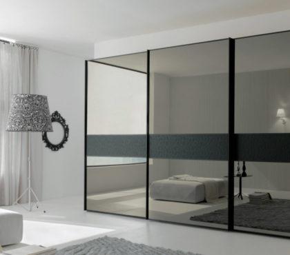 Шкаф купе чёрного цвета с зеркалами графит